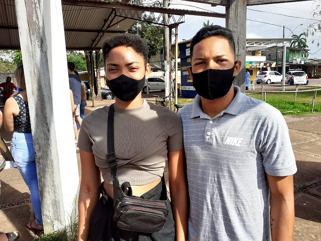 Jovem casal comemora a 1ª dose contra a covid