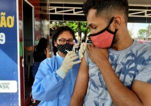 Último público adulto, jovens de 18 anos são vacinados nesta sexta