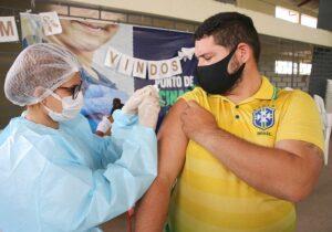 Pessoas a partir de 27 anos são vacinadas