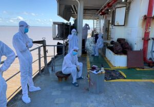 Corpo de filipino morto por covid é retirado de navio