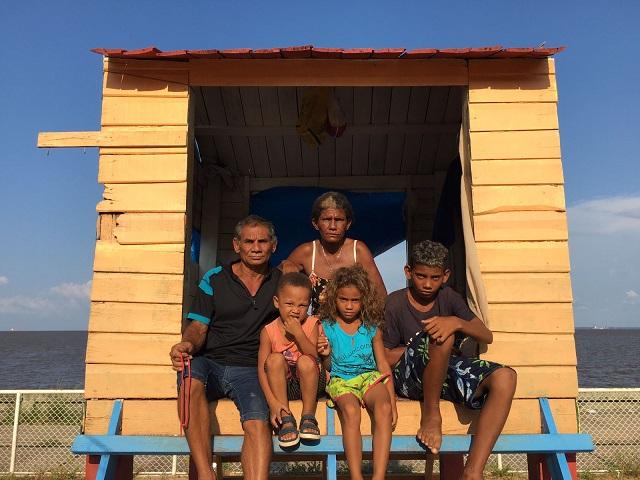 Sem ter onde morar, família ocupa casa de brinquedo em parquinho