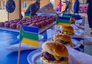 Feira itinerante leva alimentos e ensina moradores a empreender hambúrguer artesanal