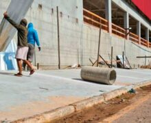 Em clima tenso, moradores retiram tapume e iniciam construção de muro ao lado de atacarejo