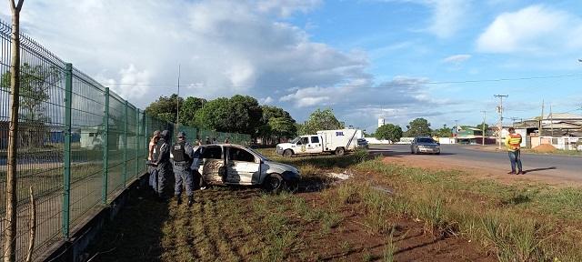 Colisão de carro em árvore deixa 2 pessoas mortas e uma ferida