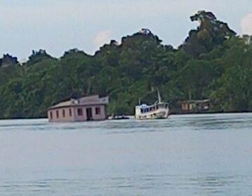 Ribeirinhos mudam igreja de lugar por rio da Amazônia
